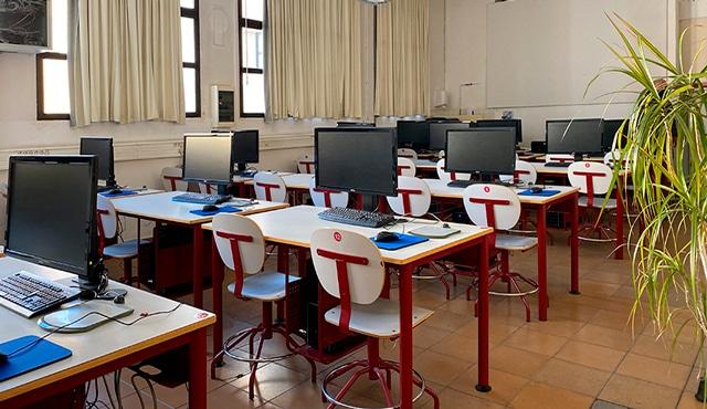 https://ealapalma.es/sobre-la-escuela/las-aulas-y-talleres-de-la-escuela-de-arte-la-palma/aula-de-informatica/