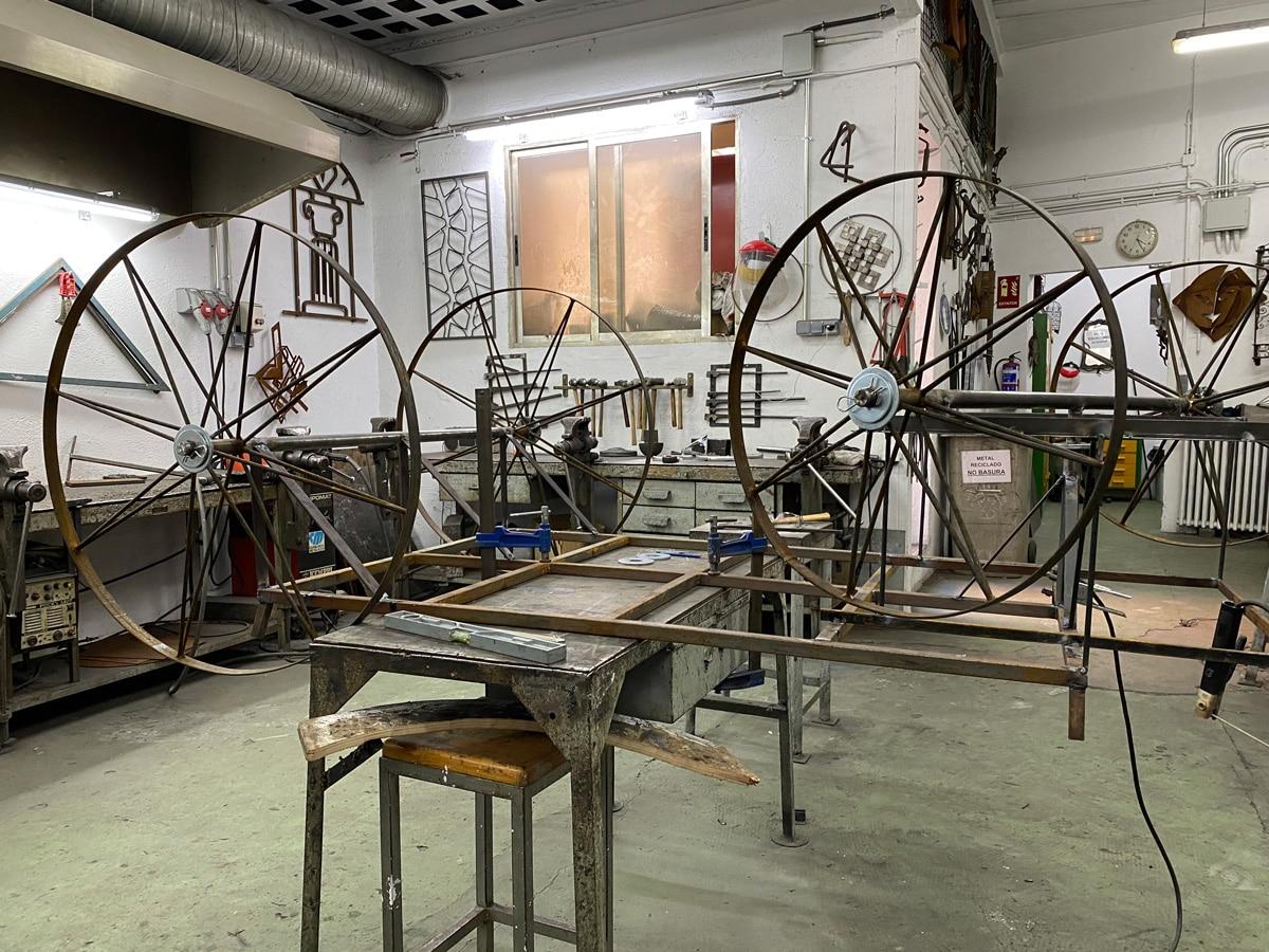 Fabricación-de-carroza-en-el-taller-de-Forja